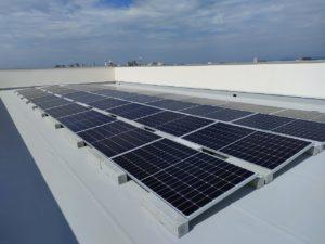 陸屋根機械防水の太陽光設置に朗報!屋根に穴をあけない置型太陽光発電システム